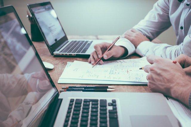 Pessoas usando notebooks em cima da mesa de trabalho sobre concorrência