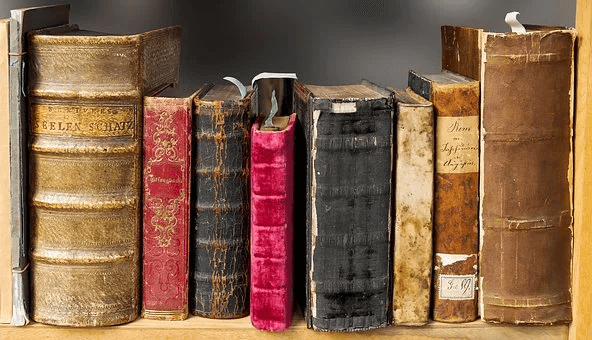Livros Antigos na prateleira